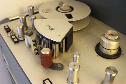 """Een 2"""" tape op een recorder. Foto: Crcroth."""
