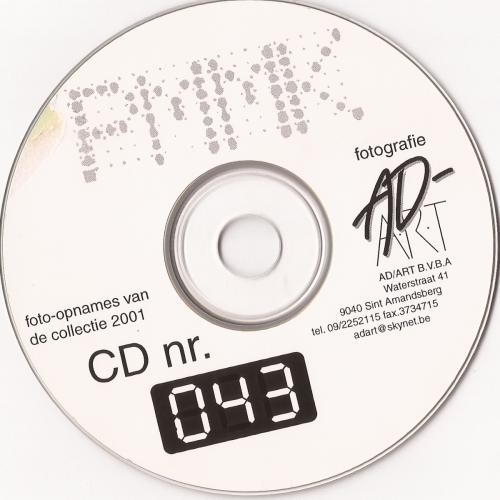 Het verwijderen van het papieren etiket van één van de cd's van Mu.ZEE. Foto: Packed vzw.