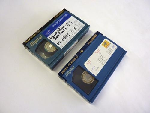 Twee verschillende Digitale Betacam tapes waarbij verschillende kleuren blauw gebruikt werd in hun plastic behuizing. Foto: PACKED vzw
