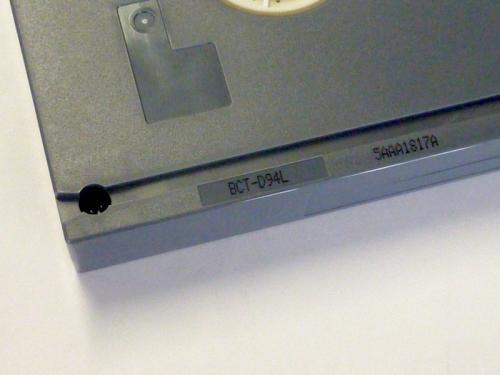 Gedrukt modelnummer op een Digtiale Betacam tape. Foto: PACKED vzw
