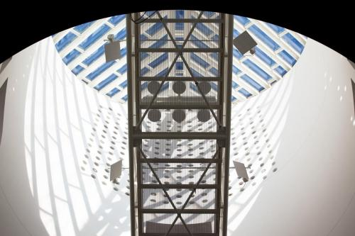 Vue de l'installation de Bill Fontana <i>Sonic Shadows</i> dans l'Atrium du SFMOMA. Photo : Randy Yau, 2010.