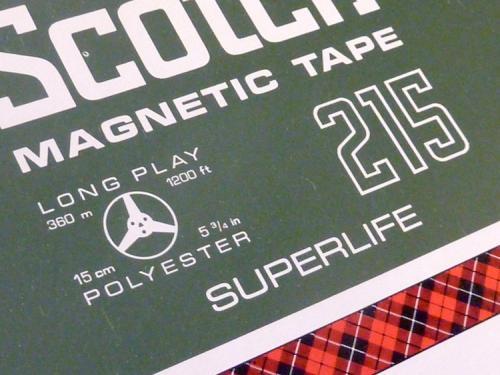 Technische specificaties van een 1/4 inch tape op de voorkant van zijn doos. Foto: Packed vzw.