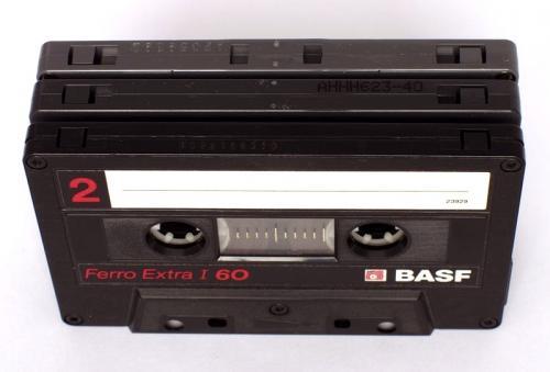 Drie soorten compact cassettes die kunnen onderscheiden worden door de inkepingen. Op de voorgrond een een type I cassette, daarna een Type II cassette en op de achtergrond een Type III cassette. Foto: Malcolm Tyrrell.