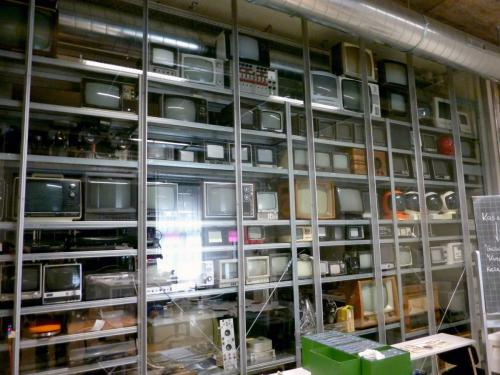 Different generations of monitors and TV sets in the HKB / AktiveArchive reference collection. Photo : PACKED vzw.