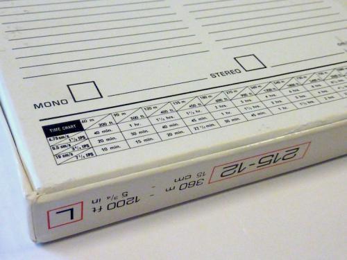 """Selectievakjes en een timechart op de achterkant van een 1/4 """"open reel audiotape. Foto: Packed vzw."""