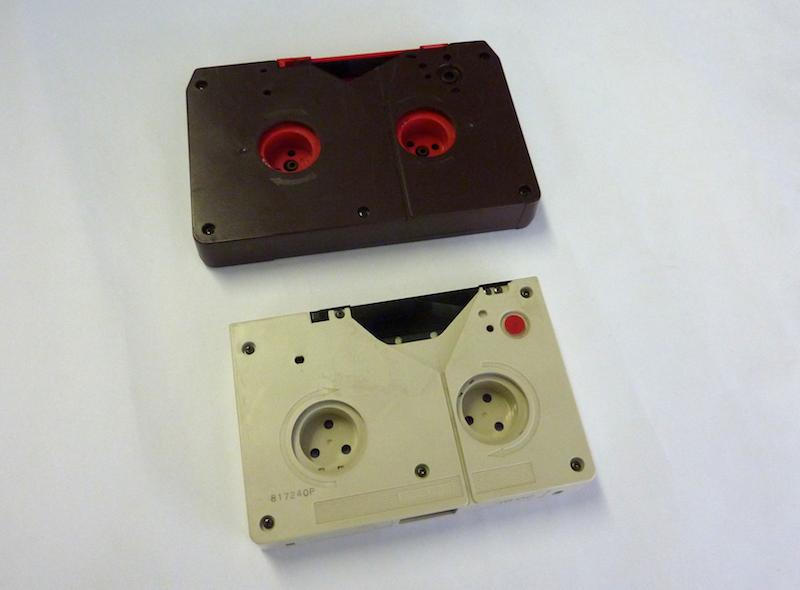 Een U-matic S en een U-matic L tape. Foto: PACKED vzw