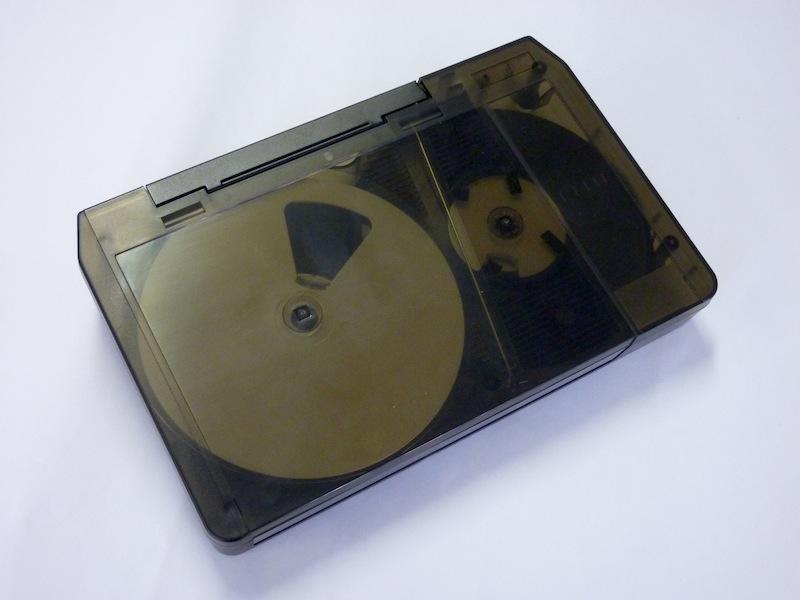 Een U-matic tape met transparante behuizing. Foto: PACKED vzw